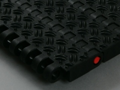 Plastic conveyor chain with non skid pattern