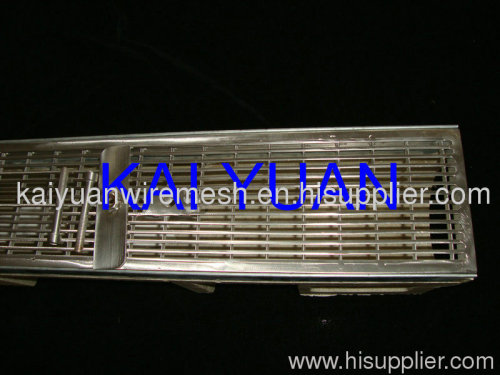 Wedge wire trench grate