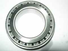 Tapered roller thrust bearing stiff and insensitive to shock