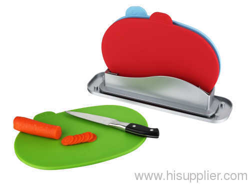 round plastic cutting board with water pan