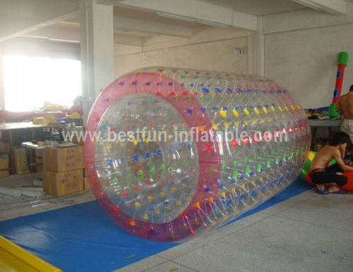 Moving inflatable roller for water park