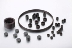 Isotropic rare earth plastic magnet