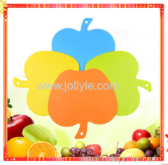 APPLE SHAPED PLASTIC CUTTING BOARD SET WITH 4 COLORS