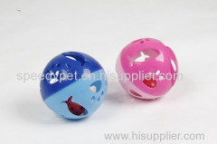 Яркий цвет пластика кошки играют в мяч с колокольчиком