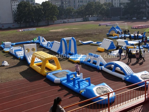Inflatable camouflage color obstacle for aqua run