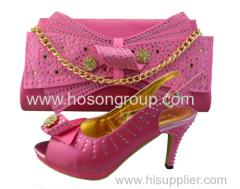 ピンク色の女性のダイヤモンドの靴やバッグ
