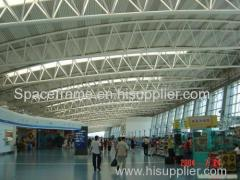 terminal van de luchthaven wachtkamer met lichte stalen truss dakplaat