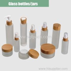 bottiglie di vetro smerigliato e vaso crema