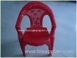 la pequeña silla de plástico