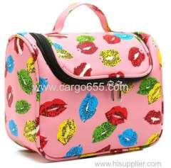 女の子のための印刷された吊り下げられたトイレタリーバッグマイクロファイバー印刷された旅行の化粧品のバッグピンクの花が掛かる袋