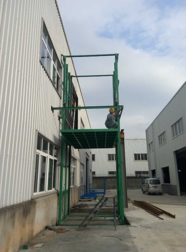 Fixed rail-type car lift platform applied in construction site