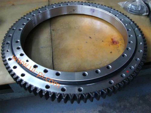 OD 979mm cross over roller slewing bearing with external hardened gear